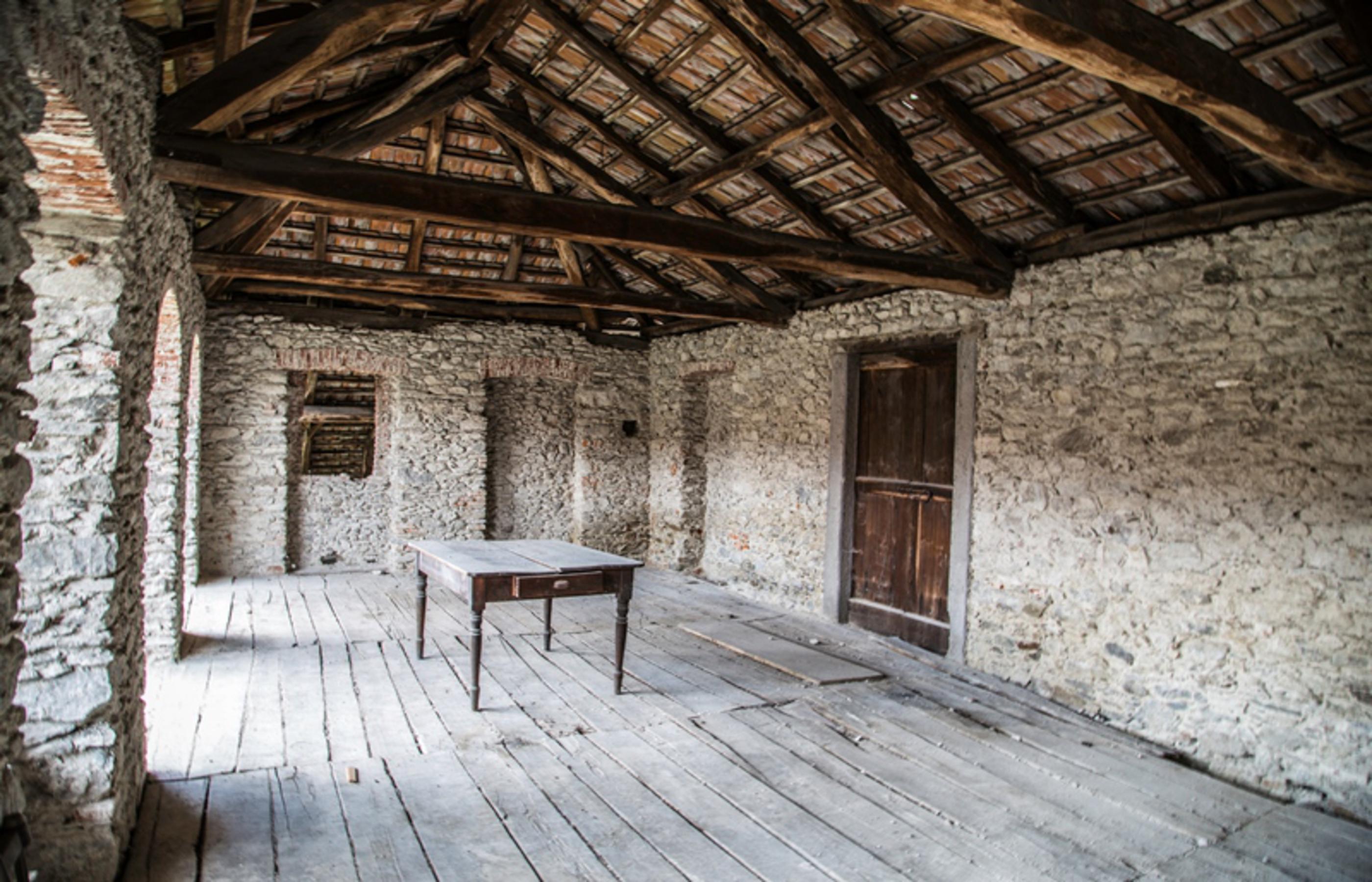 Armeno casale da ristrutturare ortalloggi for Case ristrutturate interni