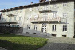 ARMENO Villa su tre piani con garage e giardino