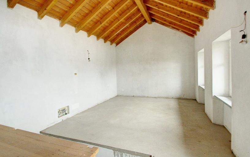 Armeno villa su tre piani con garage e giardino ortalloggi for Piani di garage in stile artigiano