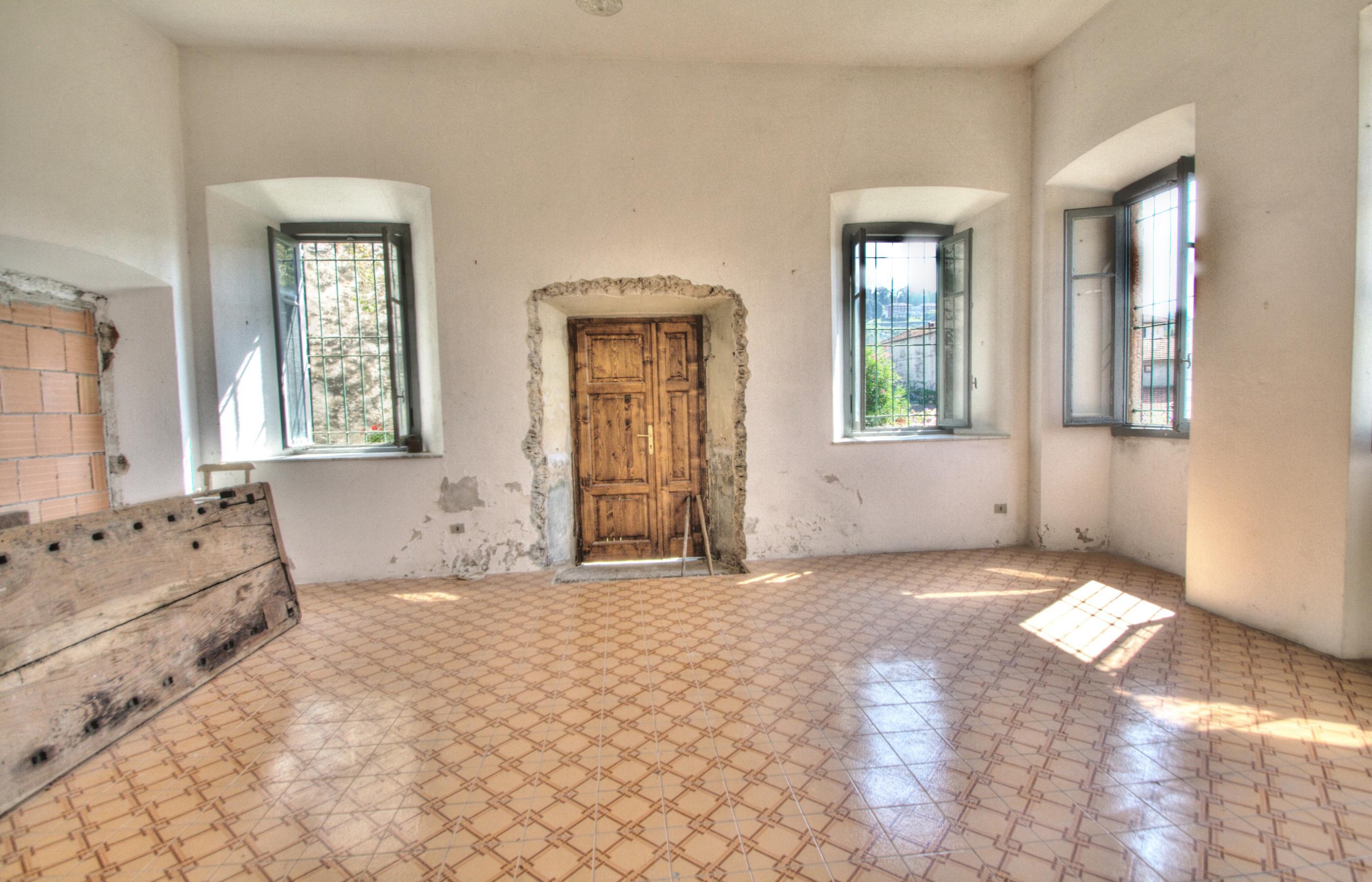 Carcegna appartamento da ristrutturare con portico for Casa con avvolgente portico in vendita