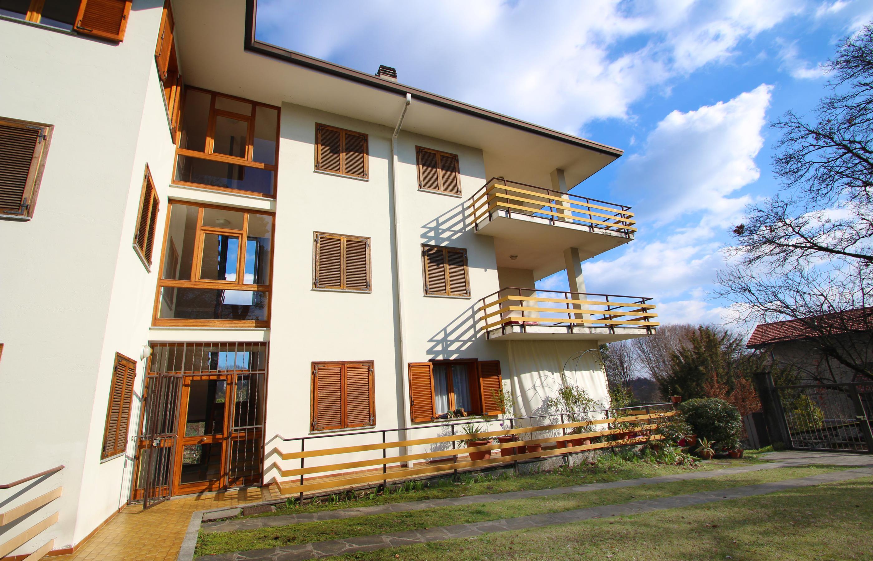 Vacciago appartamento con due camere da letto e due garage for Garage con appartamento in cima
