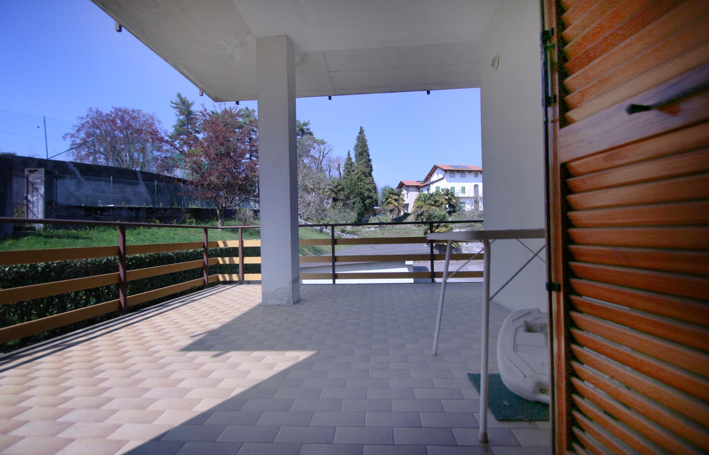 Vacciago appartamento con terrazzo e garage ortalloggi for Garage in metallo con appartamento
