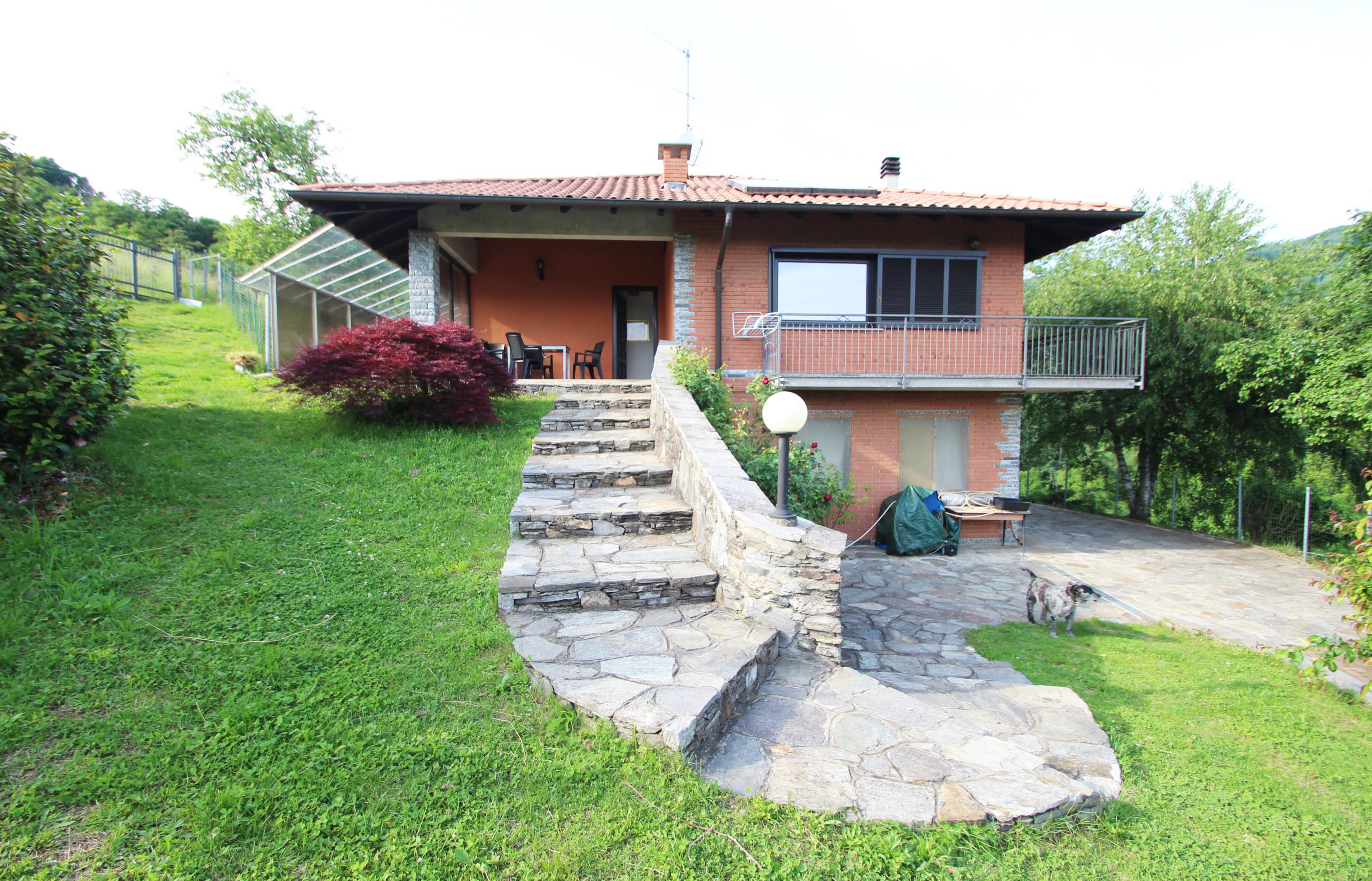 PRATOLUNGO Detached house with a large plot