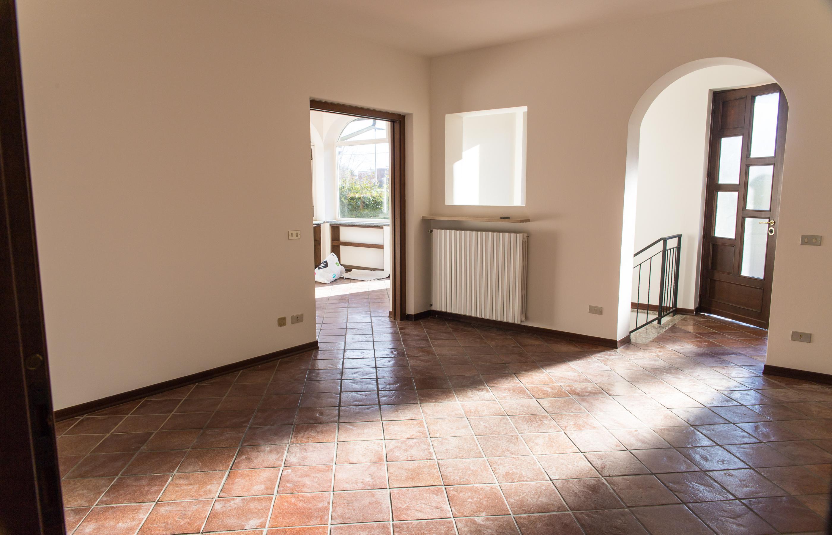 BORGOMANERO Appartamento piano terra in villa con giardino