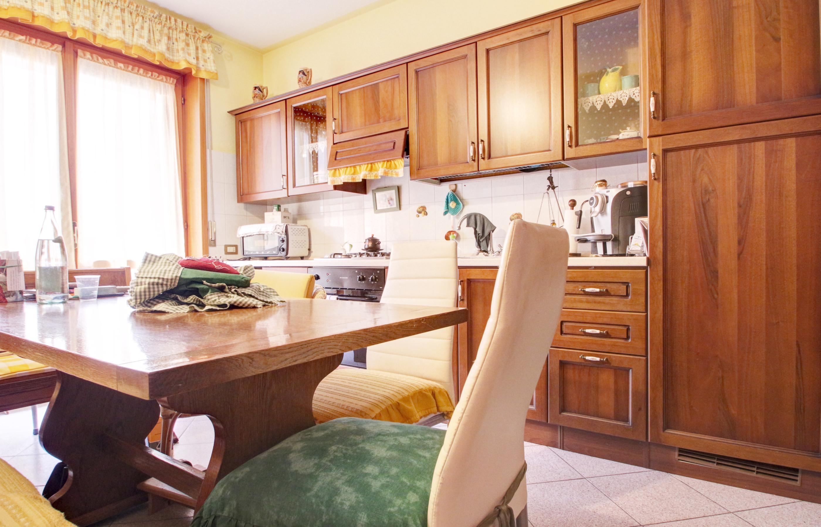 OMEGNA Ampio appartamento con garage, cantina e balconi ...