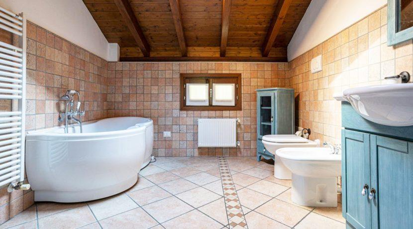 ortalloggi_armeno_bassola_appartamento_ristrutturato_camera_rustico_montagna_bagno2_2800x1800
