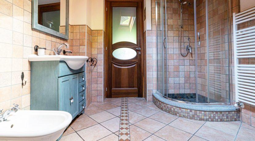 ortalloggi_armeno_bassola_appartamento_ristrutturato_camera_rustico_montagna_bagno3_2800x1800