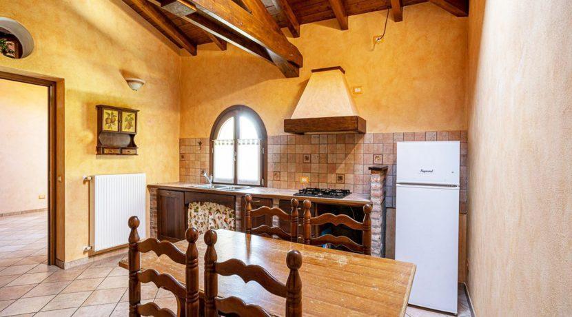 ortalloggi_armeno_bassola_appartamento_ristrutturato_camera_rustico_montagna_cucina2_2800x1800