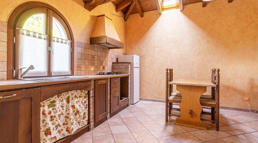 ortalloggi_armeno_bassola_appartamento_ristrutturato_camera_rustico_montagna_cucina_2800x1800