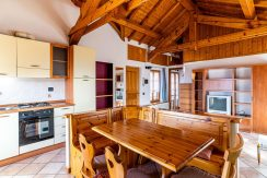 ortalloggi_miasino_carcegna_appartamento_ristrutturato_soggiorno_mansarda_tettoavista0_2800x1800
