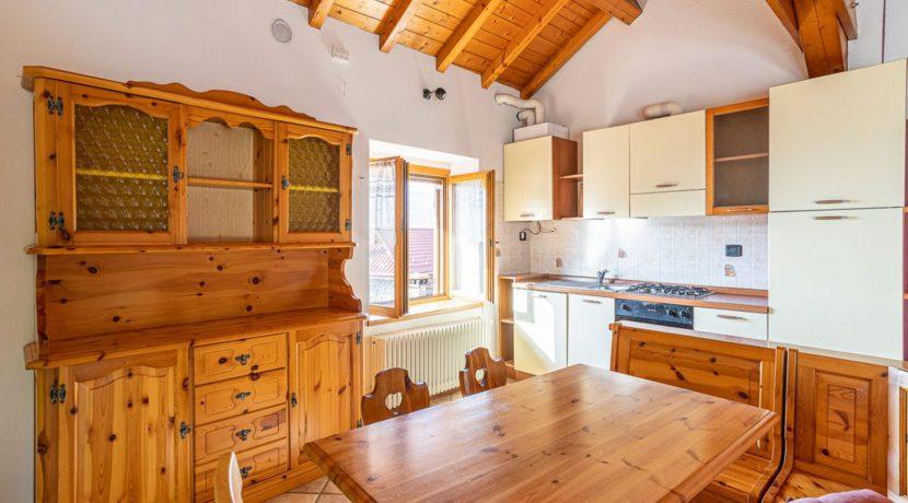 ortalloggi_miasino_carcegna_appartamento_ristrutturato_soggiorno_mansarda_tettoavista2_2800x1800