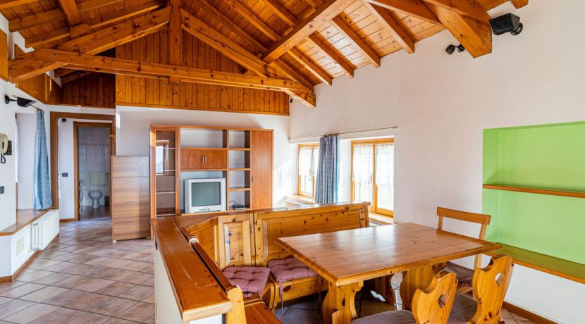 ortalloggi_miasino_carcegna_appartamento_ristrutturato_soggiorno_mansarda_tettoavista3_2800x1800