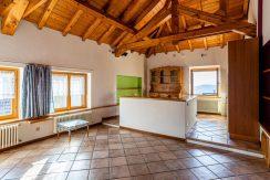 ortalloggi_miasino_carcegna_appartamento_ristrutturato_soggiorno_mansarda_tettoavista4_2800x1800