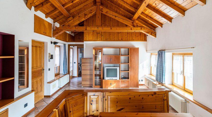 ortalloggi_miasino_carcegna_appartamento_ristrutturato_soggiorno_mansarda_tettoavista5_2800x1800