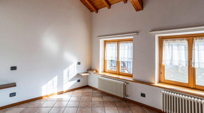 ortalloggi_miasino_carcegna_appartamento_ristrutturato_soggiorno_mansarda_tettoavista6_2800x1800