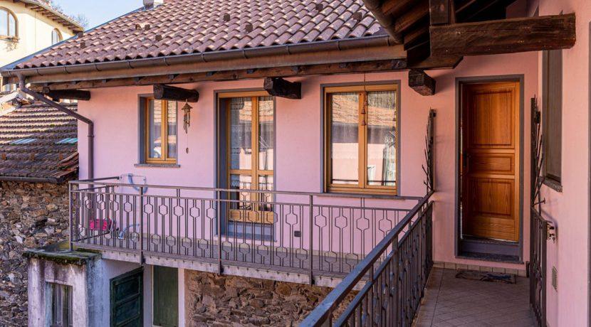 ortalloggi_miasino_carcegna_appartamento_ristrutturato_soggiorno_mansarda_tettoavista7_2800x1800