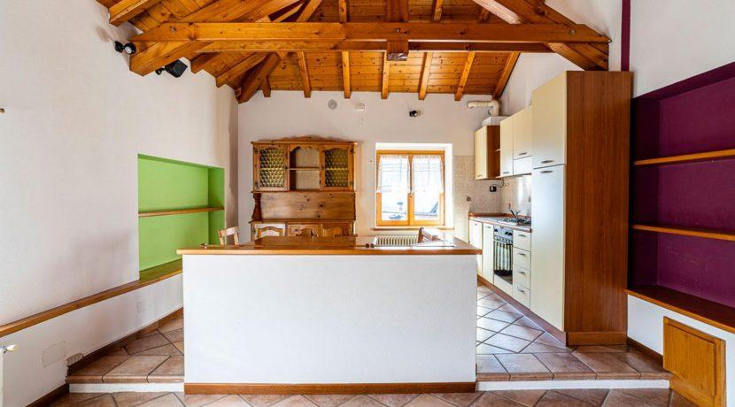 ortalloggi_miasino_carcegna_appartamento_ristrutturato_soggiorno_mansarda_tettoavista_2800x1800