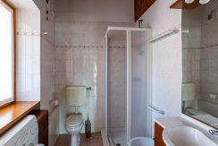 ortalloggi_miasino_carcegna_appartamento_ristrutturato_soggiorno_mansarda_tettoavista_bagno_2800x1800