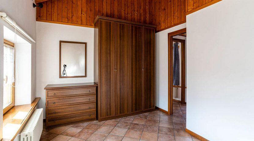 ortalloggi_miasino_carcegna_appartamento_ristrutturato_soggiorno_mansarda_tettoavista_camera1_2800x1800
