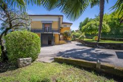 SAN MAURIZIO - House near the lake with parking and a garden